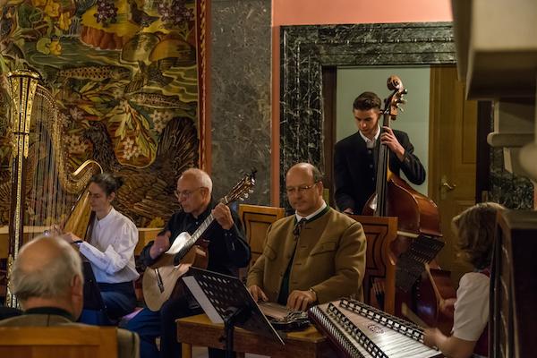 v.l.n.r.: Regine Kofler, Harfe; Reinhard Klamet, Gitarre; Roman Messerer, Zither; Ludwig Biegel, Bass; Brigitte Magritsch,Hackbrett